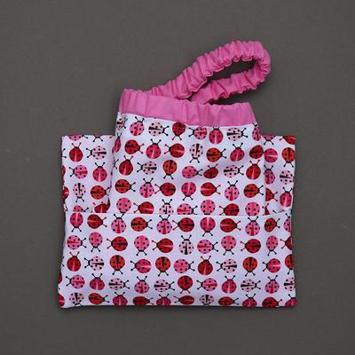 Serviette de table enfants cou élastiqué Coccinelles roses et sa pochette assortie Lilooka