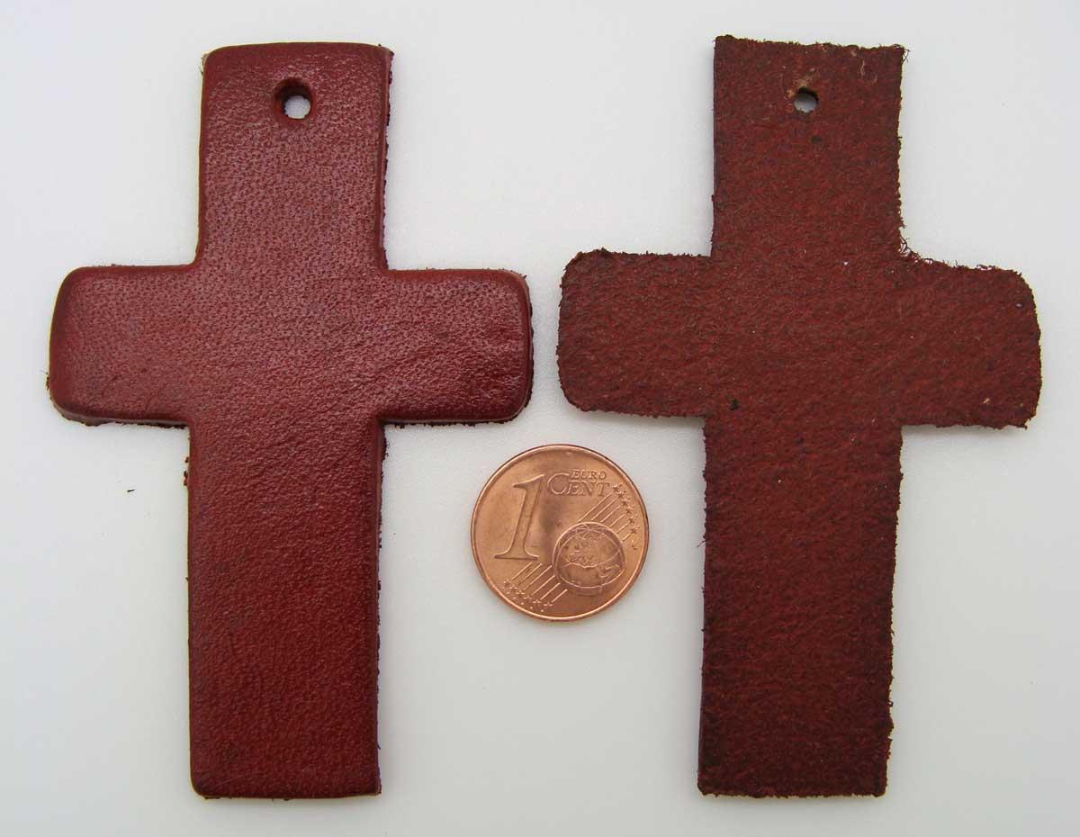 decoupe pendentif  cuir croix 70mm rouge