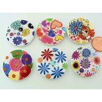 Boutons 30mm Bois fond blanc Mix motifs fleurs ou coeurs MOD18 par 6 pcs