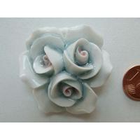 Pendentif Porcelaine 3 Fleurs bleuté rosé 40mm