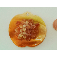 Pendentif nacre Pomme 49mm orangé ajout résine fleur