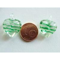 2 pendentifs Petits Coeurs 21mm Verre Transparents rayures blanc et vert