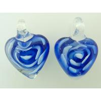 2 pendentifs Petits Coeurs 25mm Bleu Foncé inclusions fleurs volutes blanches