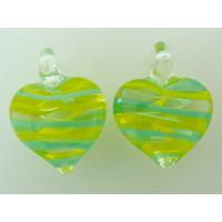 2 pendentifs Petits Coeurs 21mm Verre Transparents rayures jaunes bleues