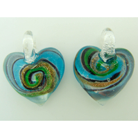 2 pendentifs Petits Coeurs 20mm Verre spirale bleu et argenté