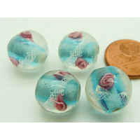 Perles Bleu verre Lampwork Rondes 12mm 2 Fleurs rose motif ruban blanc par 4 pcs