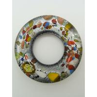 Pendentif donut fond argenté et noir touches multicolores rond 38mm
