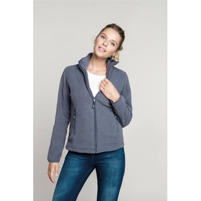 Veste Micropolaire Grise-100% Polyester-micropolaire anti-boulochage. Fermeture zippée. Coupe cintrée. 2 poches zippées. Biais de finition col, poignets et zip.