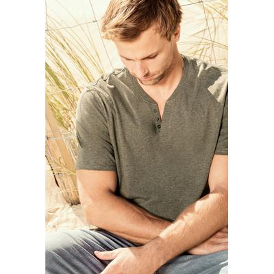Tee-shirt homme Kaki Chiné à Col ouvert à boutons fantaisie. Conçu à partir de 80% coton biologique et 20% polyester recyclé.