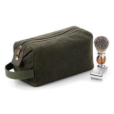 Trousse de toilette 100% coton canvas ciré Couleur Olive . Beauty case avec détails en cuir, compartiment principal et poche intérieure avec fermeture à glissière, poignée en fibre de coton, finitions en laiton antique. Dimensions: 12x25x11 cm,