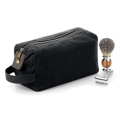 Trousse de toilette 100% coton canvas ciré Couleur Noire . Beauty case avec détails en cuir, compartiment principal et poche intérieure avec fermeture à glissière, poignée en fibre de coton, finitions en laiton antique. Dimensions: 12x25x11 cm,