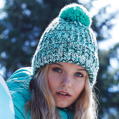 """Bonnet à pompon en maille torsadée  Twist Turquoise  -100% acrylique Soft-Spun- look """"fait-main"""", bande thermique-grosse maille, avec revers et pompon."""