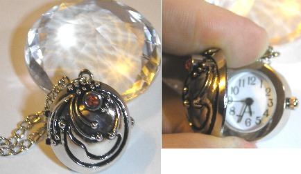 Collier Vampire Diaries pendentif de protection verveine d\'Elena avec montre