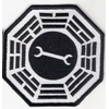 Ecusson Dharma Initiative Garage vu dans Lost sur Kate et Juliet