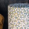 boites-a-the-rondes-motifs-floraux-150g-detail-pluie-florale-grise