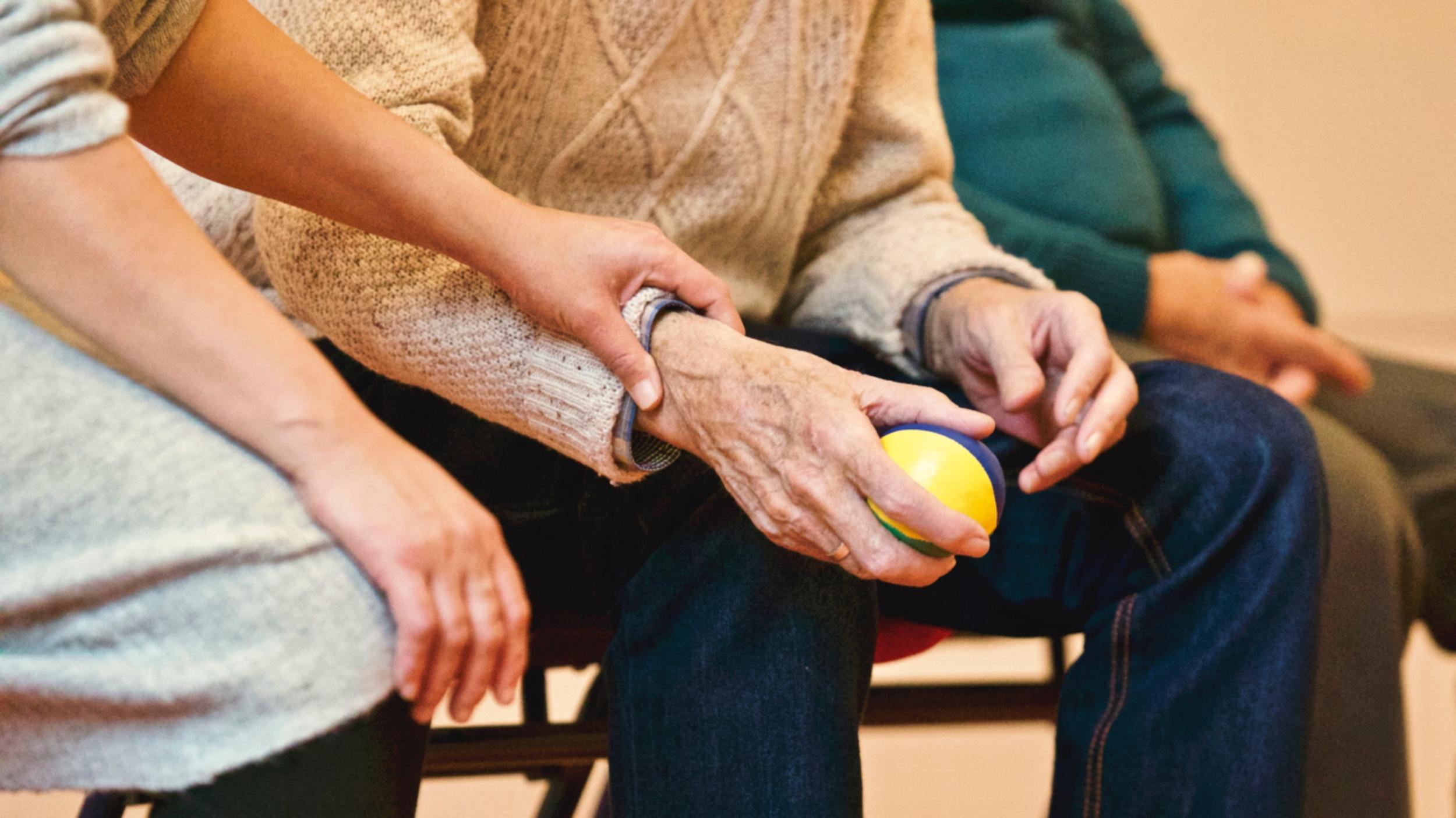 Devenir auxiliaire de vie : la formation pour tester le métier d'auxiliaire de vie