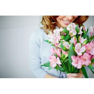 femme-sentant-un-bouquet_1098-541