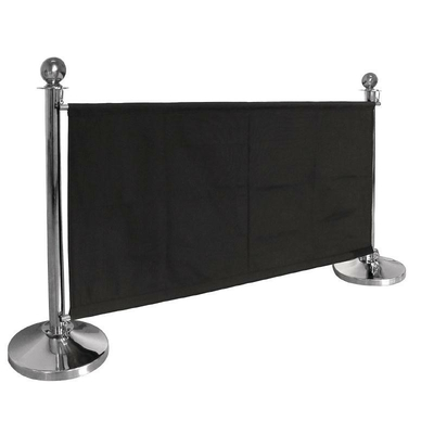 Barrière en toile noire . poteaux vendue à part
