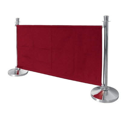 Barrière en toile rouge. Poteaux vendue à part
