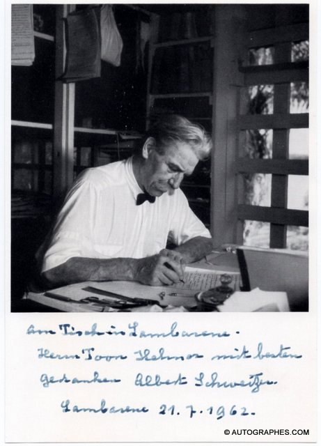 carte-photo-autographe-signee-albert-schweitzer-lambarene-1962