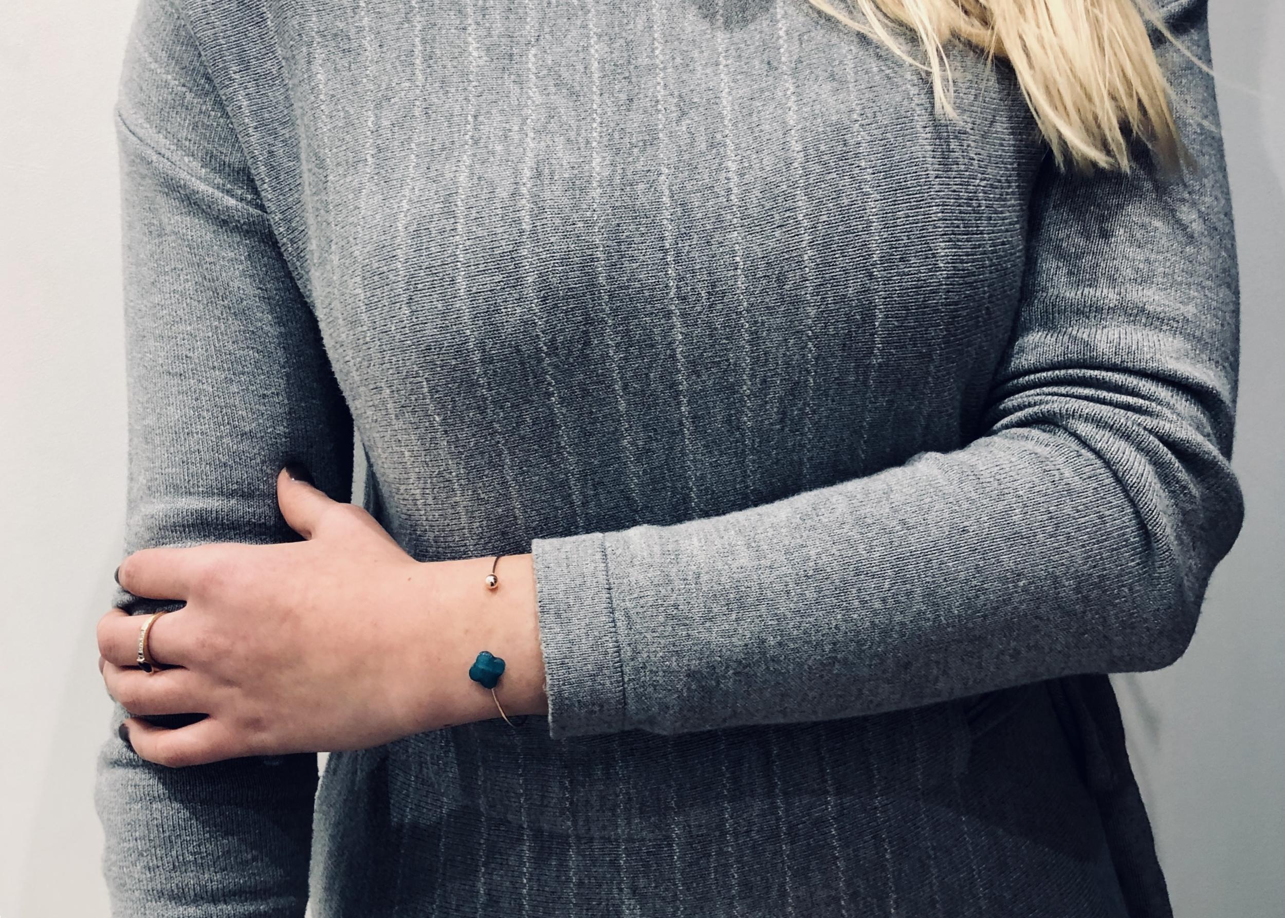 Bracelet rosée avec une pierre bleu