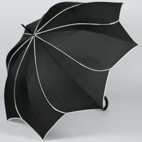Parapluie noir en forme d\'étoile