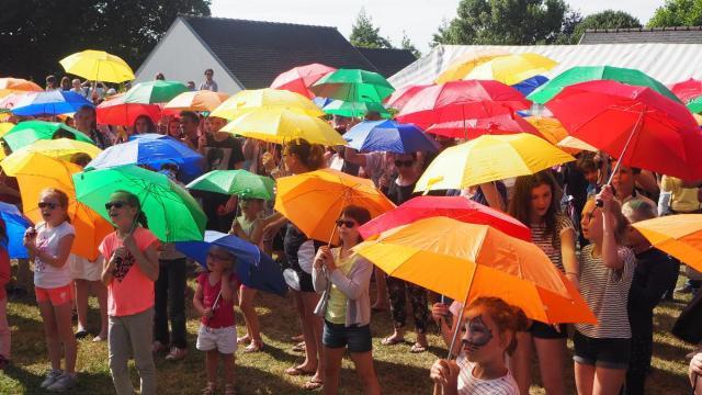 mahalon-les-parapluies-se-deploient-au-festival-de-l-insolite-galerie-photo