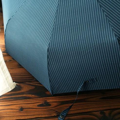 Parapluie automatique pliable bleu avec fines rayures