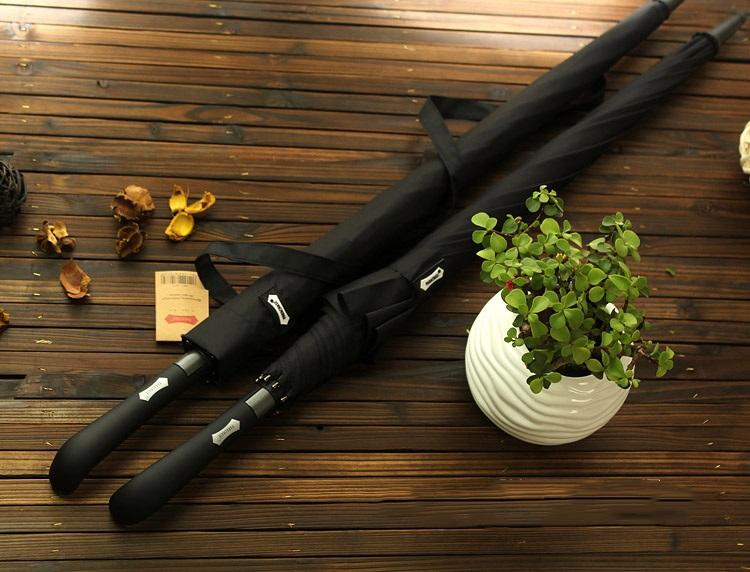 Parapluie long automatique noir replié