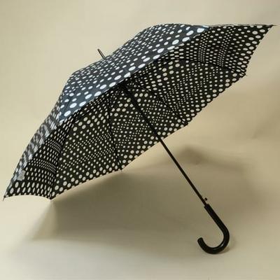 Parapluie noir à pois blancs