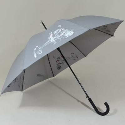 Parapluie long qui réagit sous la pluie