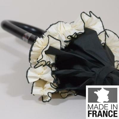 Parapluie noir avec volants blancs