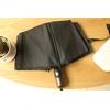 Parapluie pliant de qualité noir sur table