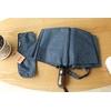 Parapluie pliant de qualité bleu rayures sur table