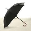 Parapluie long noir poignée courbe en bois profil