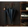 Parapluie long bleu poignée courbe en bois