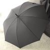 Parapluie long gris poignée courbe en bois profil