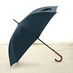 Parapluie long bleu poignée courbe en bois profil