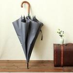 Parapluie long gris poignée courbe en bois déplié
