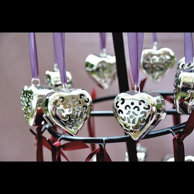 Grand cœur de parfums : Rose Ancienne, Ylang, Fève Tonka, Poudre de Riz, Ambre, avec ruban satin (3 Parfums solide inclus)