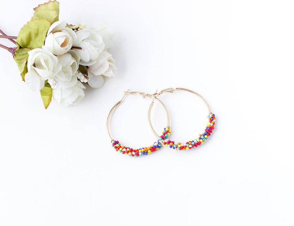 boucles d'oreille fantaisie perles couleur rainbow