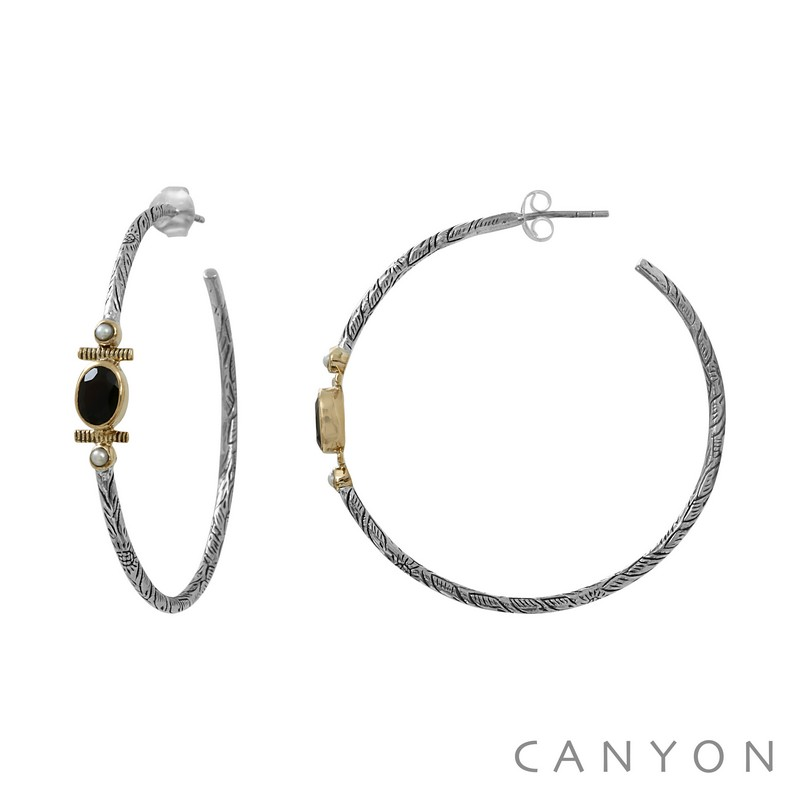 E4741 Boucles d'oreille créoles en argent gravé ornées d'un ovale d'onyx noir et de 2 perles blanches synthétiques cerclées de laiton