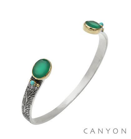 B5479 Bracelet bangle argent petit modèle 2 onyx vert ovales et de 2 turquoises reconstituées serties par des anneaux de laiton sur un bracelet ouvert et ciselé Dimensions  4,8cm x 0,9cm x 6cm 123€