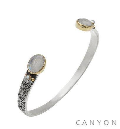 B5483 Bracelet bangle argent petit modèle 2 pierres de lune ovales et de 2 perles synthétiques sertis par des anneaux de laiton sur un bracelet ouvert et ciselé