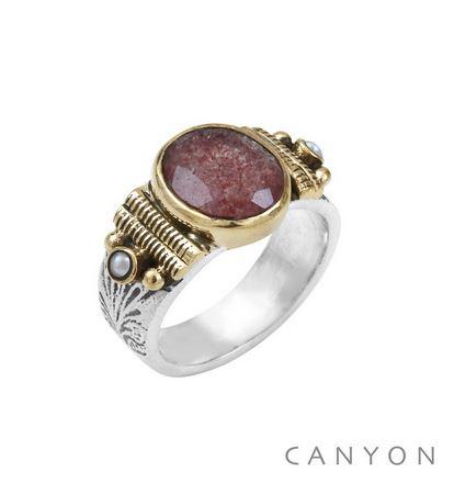 R5082 Bague argent petit modèle quartz fraise ovale et de 2 perles synthétiques sertis par des anneaux de laiton sur un large anneau ciselé  Dimensions  1 cm x 1,3 cm   81