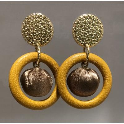 Boucles d'oreilles grelot clous en cuir moutarde et or - La belle Simone Bijoux