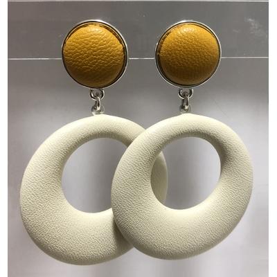 Boucles d'oreilles pika clous en cuir moutarde et pendant en cuir blanc- La belle Simone Bijoux