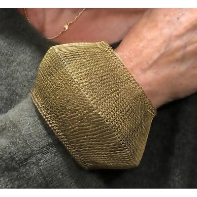 Bracelet large doré - fil de laiton tricoté main - Soninké