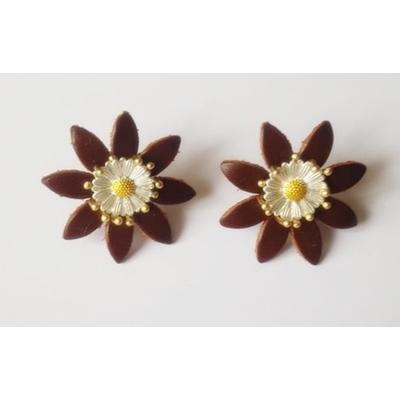 Boucles d'oreilles puces marguerite en cuir marron et laiton plaqué or - La Belle Simone