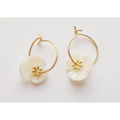 Boucles d'oreilles mini créoles fleurs en nacre - La Belle Simone Bijoux